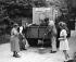Sécheresse. Les employés de la direction de la gestion de l'eau distribuant de l'eau aux habitants de Bexley. Kent (Angleterre), 1946. © TopFoto/Roger-Viollet