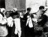 Guerre 1939-1945. Ghetto de Varsovie. Homme juif vendant des brassards portant l'étoile de David. Pologne 1941. Galerie Bilderwelt, Berlin. © Bilderwelt/Roger-Viollet
