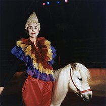 Valérie Fratellini, circus artist, dressed as a clown and riding a pony at the Fratellini circus. Paris, November 1991. © Kathleen Blumenfeld / Roger-Viollet