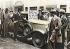 Crise de 1929. Walter Thornton, spéculateur américain, mettant sa voiture en vente pour de l'argent liquide. New York, 30 octobre 1929. Photographie colorisée.  © Ullstein Bild / Roger-Viollet
