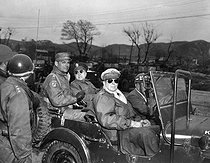 Korean War (1950-1953). Officers of the US Army aboard a Jeep, near the 38th parallel north : General lieutenant Matthew Ridgway (1895-1993), General Mayor Doyle Hickey (1892-1961) and General Douglas MacArthur (1880-1964), commander-in-chief of the forces of the UNO in Korea, on April 3rd, 1951. © US National Archives / Roger-Viollet