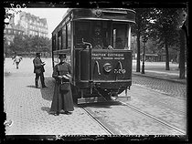 "World War One. Seventh day of mobilization in Paris, 8th August 1914. Woman working as a ticket collector in the tramway. Photograph published in the newspaper ""Excelsior"", on Monday 10th August. © Wackernie/Excelsior – L'Equipe/Roger-Viollet"