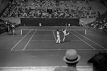French championships of tennis. Men's doubles. Henri Cochet and Paul Feret. From behind : Bernard Destremau and Yvon Petra. Paris, Roland-Garros stadium, August 1942. © LAPI/Roger-Viollet