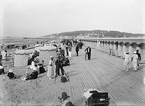 The beach and the The wooden boardwalk (Planches). Deauville (France), circa 1925. © CAP / Roger-Viollet
