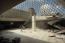 End of the construction of the Louvre Pyramid designed by Ieoh Ming Pei (1917-2019), Chinese-born American architect. Paris, 1988. © Jean-Pierre Couderc / Roger-Viollet
