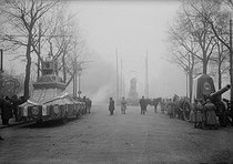 Ceremony in honour of the Unknown Soldier. Passage of the coffin of the Soldier and the float carrying the heart of Léon Gambetta (1838-1882), French politician. Paris (XIVth arrondissement), place Denfert-Rochereau, on November 11, 1920. © Albert Harlingue/Roger-Viollet
