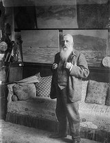 Claude Monet (1840-1926), French painter, in his house in Giverny (Eure), around 1915-1920.  © Pierre Choumoff/Roger-Viollet