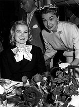 Grace Kelly (1929-1982) et Esther Williams (1921-2013), actrices américaines, au festival de Cannes (Alpes-Maritimes), 1955. © Ullstein Bild/Roger-Viollet