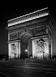 Arc de Triomphe. Façade vers l'avenue des Champs-Elysées, la nuit. Paris (VIIIème arr.). Photographie de René Giton dit René-Jacques (1908-2003). Bibliothèque historique de la Ville de Paris. © René-Jacques/BHVP/Roger-Viollet