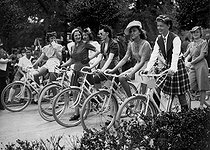 The bicycle day. Young women. Paris, Jardin d'acclimatation, June 1939. © Collection Roger-Viollet/Roger-Viollet