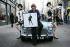 """Mary Quant (née en 1934), styliste anglaise, présentant un timbre du """"Royal Mail"""" à son effigie en posant sur une Mini de 1959. Londres (Angleterre), Carnaby Street, 9 janvier 2009. © PA Archive/Roger-Viollet"""