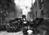 Guerre sino-japonaise. Combat de rue à Shanghai (Chine). Troupes japonaises à l'attaque de la rue de Tschapei, le quartier chinois. 1937. © Ullstein Bild/Roger-Viollet
