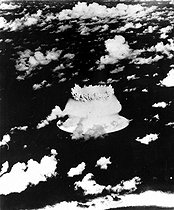 Submarine explosion of an American atom bomb in the lagoon of the atoll of Bikini, on July 24, 1946. HRL-500883 © Albert Harlingue / Roger-Viollet