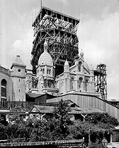 Paris (XVIIIth district). The basilica of the Sacred Heart during the construction of the bell tower, by 1908. © Léon et Lévy/Roger-Viollet