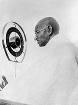 Gandhi (1869-1948), Indian politician, making a speech at the Indian Congress. India, 1931. © Roger-Viollet
