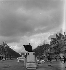 Guerre 1939-1945. Paris occupé. L'agent du Rond-Point des Champs-Elysées (VIIIème arr.), 1941-1942. Photographie d'André Zucca (1897-1973). Bibliothèque historique de la Ville de Paris.  © André Zucca/BHVP/Roger-Viollet