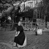 """Annie Girardot, French actress, in front of the """"Lapin Agile"""". Paris, Montmartre. © Gaston Paris / Roger-Viollet"""