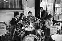 "French director Claude Chabrol and the actors of his first two movies at the café ""Les Deux-Magot"": Bernadette Lafont, Gérard Blain, Jean-Claude Brialy and Juliet Mayniel. Paris, April 1959. © Bernard Lipnitzki / Roger-Viollet"