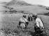 Guerre d'Indochine. Soldats de la légion étrangère progressant à découvert pendant la bataille de Dien Bien Phu (Indochine), mai 1954. © Ullstein Bild/Roger-Viollet
