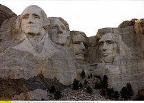 Mémorial national du mont Rushmore. Portraits des quatre présidents sculptés dans les Blacks Hills : George Washington, Thomas Jefferson, Theodore Roosevelt, Abraham Lincoln. Environs de Rapid City (Dakota du Sud, Etats-Unis), 1993. © Ullstein Bild / Roger-Viollet