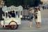 Vendeur de glaces ambulant, à l'entrée du jardin des Tuileries. Paris (Ier arr.), mai 1967. Photographie de Gösta Wilander (1896-1982). Paris, musée Carnavalet. © Gösta Wilander/Musée Carnavalet/Roger-Viollet