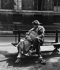Couple dans le square de l'Institut. Paris, juin 1950. © Roger-Viollet