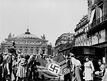 World War II. Liberation of Paris. Parisians having just seized a German flag in the hold of the Kommandantur. Place of the Opera, August 1944 25. © LAPI/Roger-Viollet
