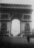 L'adjudant-chef Charles Godefroy (1888-1958) passant en avion sous l'Arc de triomphe. 7 août 1919. © Albert Harlingue / Roger-Viollet