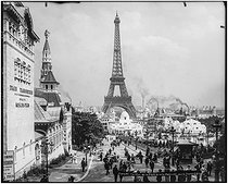 1900 World Fair in Paris. Photograph taken from the Jardins du Trocadéro (Gardens of the Trocadero). On the left : the Siberian pavilion with an advertisement for the Trans-Siberian Railway. Paris, 1900. © Léon et Lévy / Roger-Viollet