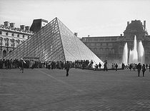 Inauguration of the Louvre Pyramid (Ieoh Ming Pei, Chinese-born American architect, 1917-2019), in the presence of François Mitterrand (1916-1996), President of the French Republic. Paris (Ist arrondissement), on October 14, 1988. © Roger-Viollet