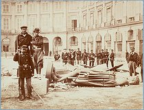 """French Commune, group in front of the remains of the Vendôme column"". Photograph by Bruno Braquehais (1823- after 1874). Paris, musée Carnavalet. © Bruno Braquehais/Musée Carnavalet/Roger-Viollet"