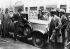 """Crise de 1929. Conséquences du """"Vendredi noir"""". Voitures vendues contres de l'argent liquide. New York (Etats-Unis), 30 octobre 1929. © Ullstein Bild / Roger-Viollet"""