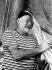 Ernest Hemingway (1899-1961), écrivain américain, à bord d'un bateau à voiles, 1959. © Ullstein Bild/Roger-Viollet