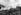 Guerre d'Indochine (1945-1954). Progression par un passage suspendu à travers la forêt vierge. © Roger-Viollet