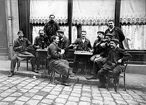 Workers at the terrace of a café. France, circa 1910. © Albert Harlingue/Roger-Viollet