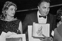 "Melina Mercouri (1920-1994), Greek actress and politician, Best Actress Award for her role in ""Never on Sunday"" and Federico Fellini, Italian director, Golden palm for ""Dolce vita"". Cannes Film Festival, 1960. © Collection Roger-Viollet / Roger-Viollet"
