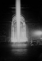 Armistice Day commemorations. Illuminations of the Arc de Triomphe for the ceremony in honour of the Unknown Soldier. Paris (VIIIth arrondissement), on November 11, 1920. © Albert Harlingue/Roger-Viollet