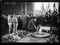 "Tribute to the French athletes who died in combat during WWI. Georges Rivollet (1888-1974), French politician, presenting the torches leaving for the cemeteries on the front. Among the carriers : Jacques Lévêque, Jean-François Brisson, René Lécuron, Roger Rochard and Prudent Joye, at the bottom of the Arc de Triomphe. Paris (VIIIth arrondissement), on November 11, 1938. Photograph from the collections of the newspaper ""Excelsior"". © Excelsior - L'Equipe / Roger-Viollet"