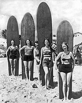 Surfeuses posant avec leurs planches. Californie du Sud (Etats-Unis), vers 1930. Photographie d'Underwood Archives. © Underwood Archives/The Image Works/Roger-Viollet