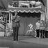 """Guy Lux (1919-2003), animateur de radio et télévision français, lors de son émission """"Ring Parade"""". France, vers 1975. © Jacques Cuinières / Roger-Viollet"""