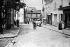 Paris, place du Tertre à Montmartre. La maison de la mère Catherine, à droite, à l'angle de la place. 1909. © Maurice-Louis Branger/Roger-Viollet