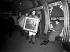 Hommes transportant des tableaux stockés dans la station de métro de Piccadilly Circus pendant la seconde guerre, avant de les ramener au musée de Londres (Angleterre), 24 février 1946. © PA Archive/Roger-Viollet