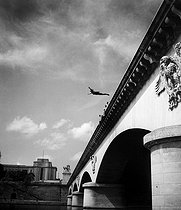 Diving from the pont d'Iena. Paris (XVIth arrondissement), Summer 1944. © Roger-Viollet