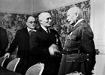 War 1939-1945. The French admiral François Darlan (1881-1942), presenting his wishes to the marshal Pétain (1856-1951), Vichy (Allier), on January 1-st, 1942. © LAPI/Roger-Viollet
