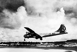 """Le Boeing B-29 """"Enola Gay"""" attérrissant après le largage de la bombe atomique. Hiroshima (Japon). Le 6 août 1945. © TopFoto/Roger-Viollet"""