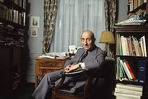 Raymond Aron (1905-1983), French philosopher, sociologist and journalist, at his place, 1983. © Jean-Régis Roustan / Roger-Viollet