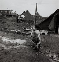 Canvas camp built to rehouse the homeless. Noisy-le-Grand (France), 1955.  Photograph by Janine Niepce (1921-2007). © Janine Niepce/Roger-Viollet