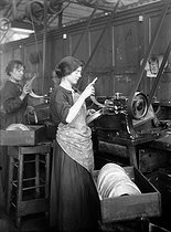 World War I. Women making helmets for the French army: molding visors. France, 1915. © Jacques Boyer/Roger-Viollet
