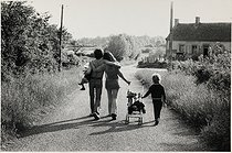 Family walking in the countryside near Moulins (France), 1974. Photograph by Léon Claude Vénézia (1941-2013). © Léon Claude Vénézia/Roger-Viollet
