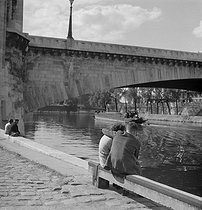 Etudiants. Quais de la Seine. Paris, vers 1945. © Gaston Paris / Roger-Viollet
